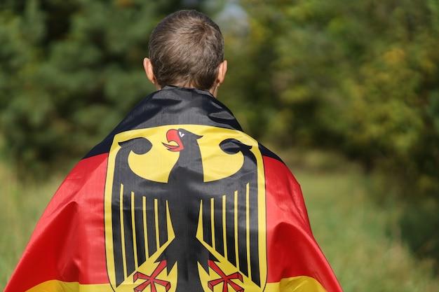 Bandeira de seda da alemanha nos ombros do homem
