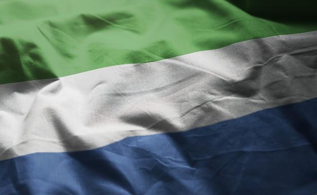 Bandeira de serra leoa amarrotada close up