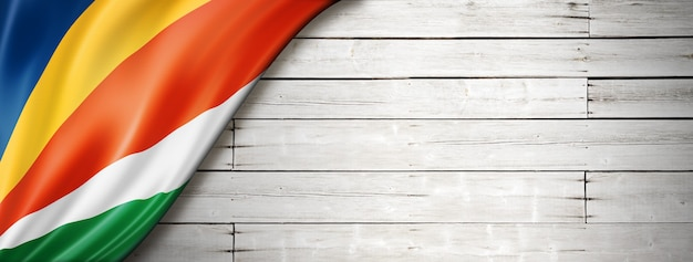 Bandeira de seychelles na velha parede branca. banner panorâmico horizontal.