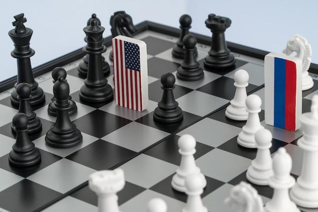 Bandeira de símbolos da rússia e os estados unidos no tabuleiro de xadrez. o conceito de jogo político.