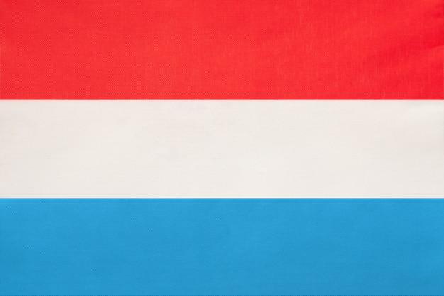 Bandeira de tecido nacional de luxemburgo, símbolo do país europeu do mundo internacional.