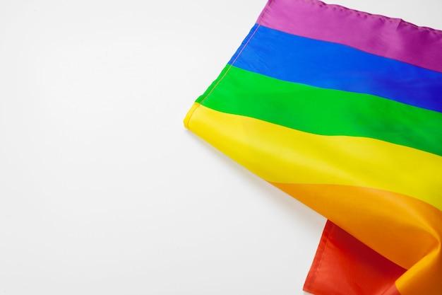 Bandeira do arco-íris gay em branco close-up