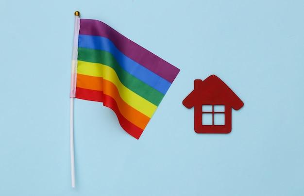 Bandeira do arco-íris lgbt e casa sobre fundo azul. tolerância, liberdade