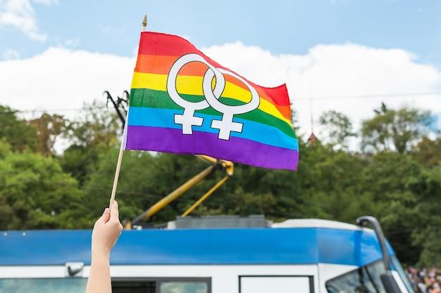Bandeira do arco-íris na multidão no orgulho gay de praga.