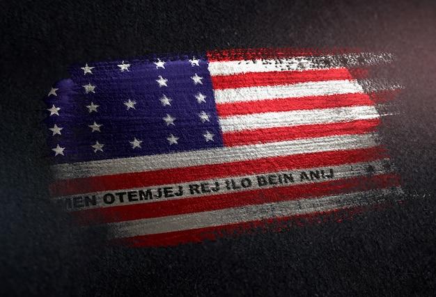Bandeira do atol de biquíni feita de tinta de pincel metálico na parede escura do grunge