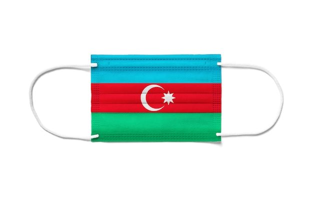 Bandeira do azerbaijão em uma máscara cirúrgica descartável. superfície branca isolada