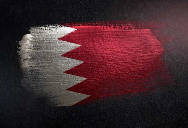Bandeira do bahrein feita de tinta de pincel metálico na parede escura do grunge