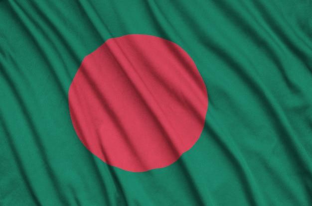 Bandeira do bangladesh com muitas dobras.