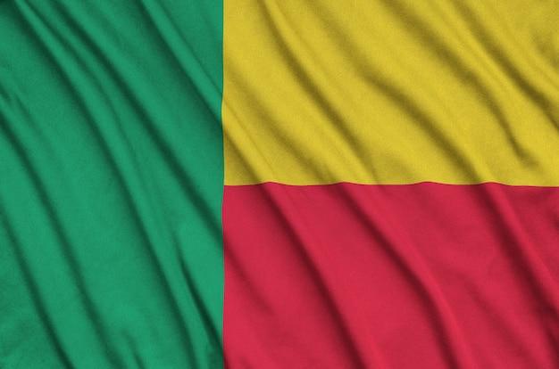 Bandeira do benin com muitas dobras.