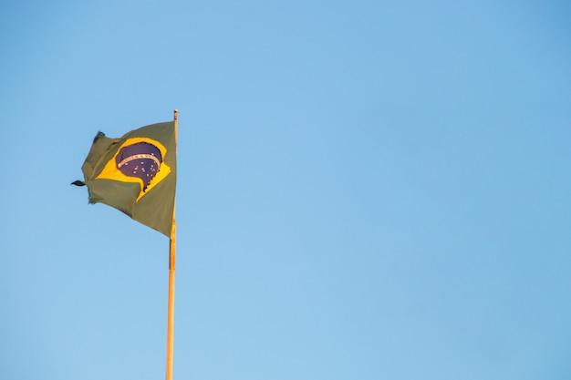 Bandeira do brasil ao ar livre com um lindo céu azul ao fundo no rio de janeiro brasil. Foto Premium