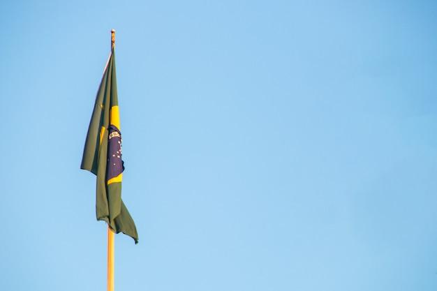Bandeira do brasil ao ar livre com um lindo céu azul ao fundo no rio de janeiro brasil.