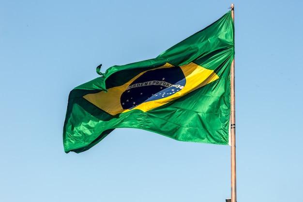 Bandeira do brasil ao ar livre no rio de janeiro, brasil.