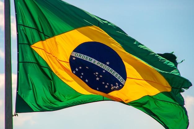 Bandeira do brasil ao ar livre no rio de janeiro, brasil. Foto Premium