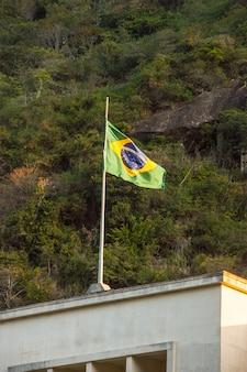 Bandeira do brasil ao ar livre no topo de um edifício no rio de janeiro, brasil.