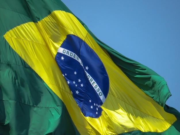 Bandeira do brasil. close-up da bandeira brasileira tremulando ao vento. ordem e progresso