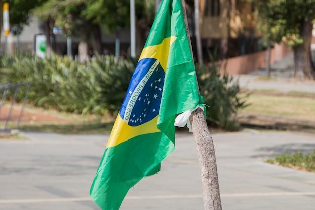 Bandeira do brasil de cabeça para baixo ao ar livre no rio de janeiro, brasil.