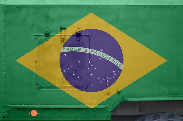 Bandeira do brasil descrita na parte lateral do caminhão militar blindado closeup. forças armadas fundo conceitual