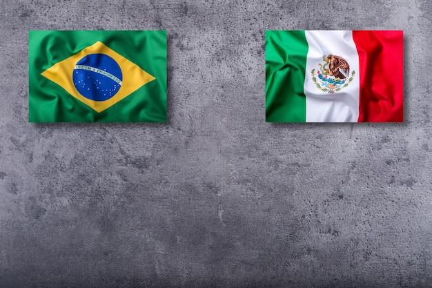 Bandeira do brasil e do méxico em fundo de concreto.