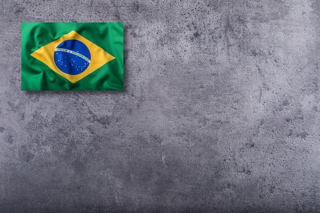 Bandeira do brasil em fundo de concreto.
