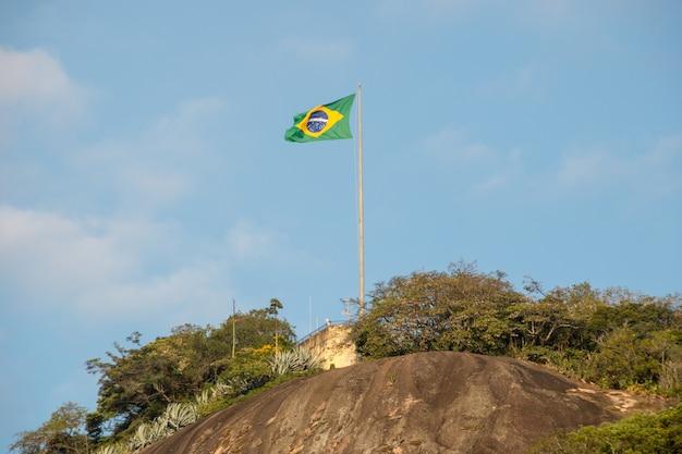 Bandeira do brasil no topo da pedra do leme no rio de janeiro, brasil.