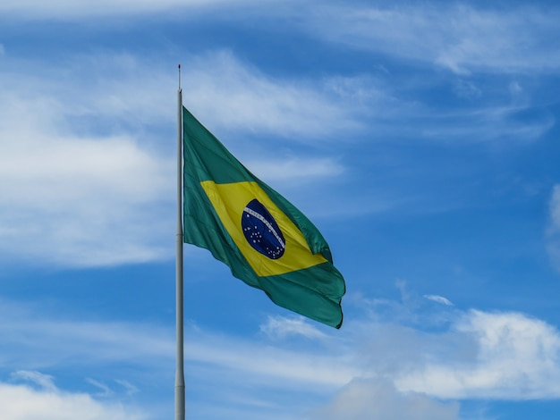 Bandeira do brasil tremulando ao vento. bandeira brasileira. ordem e progresso