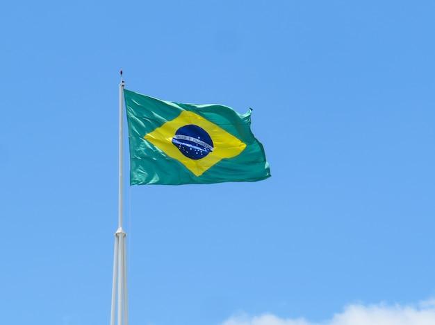 Bandeira do brasil tremulando ao vento. bandeira brasileira