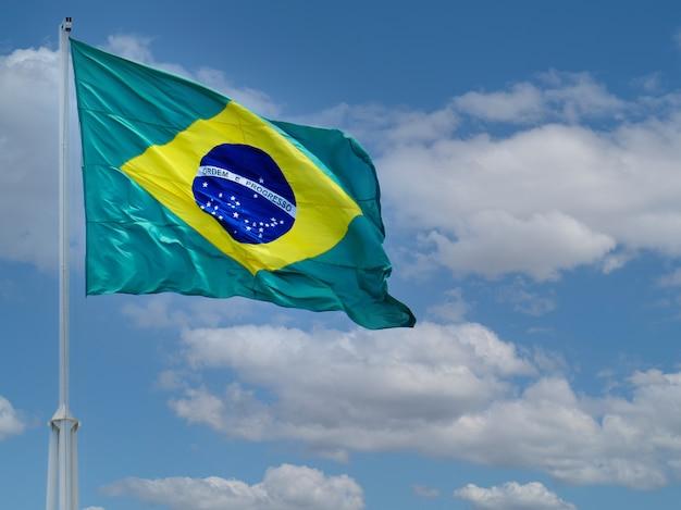 Bandeira do brasil tremulando ao vento bandeira do brasil