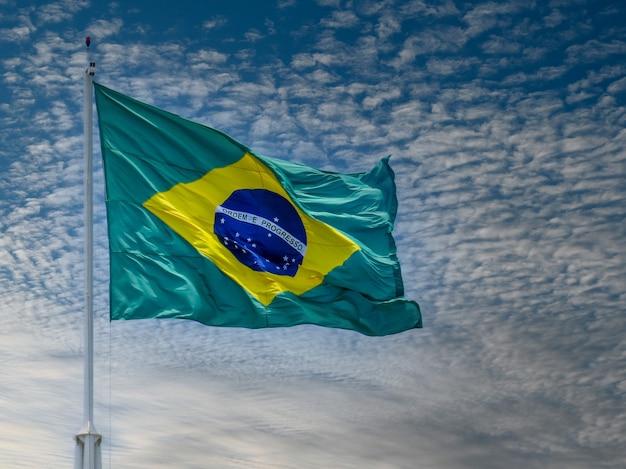 Bandeira do brasil tremulando ao vento ordem e progresso bandeira brasileira