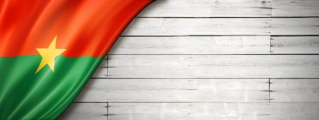 Bandeira do burkina faso na velha parede branca. faixa panorâmica horizontal.
