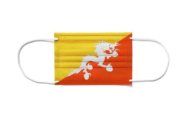 Bandeira do butão em uma máscara cirúrgica descartável. superfície branca isolada