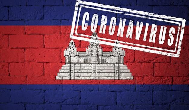 Bandeira do camboja com proporções originais. carimbado de coronavirus. textura da parede de tijolo. conceito de vírus corona. à beira de uma pandemia covid-19 ou 2019-ncov.
