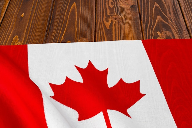 Bandeira do canadá em fundo de madeira, copie o espaço