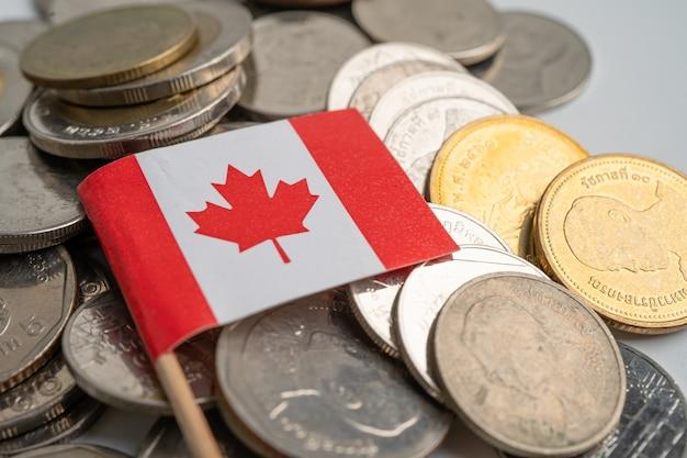Bandeira do canadá em moedas de fundo, finanças e contabilidade, conceito bancário.