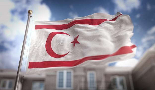 Bandeira do chipre do norte 3d rendering no fundo do edifício do céu azul