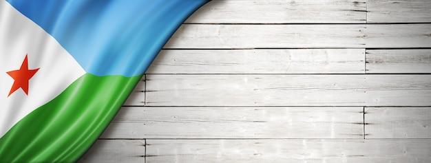 Bandeira do djibouti na velha parede branca. faixa panorâmica horizontal.