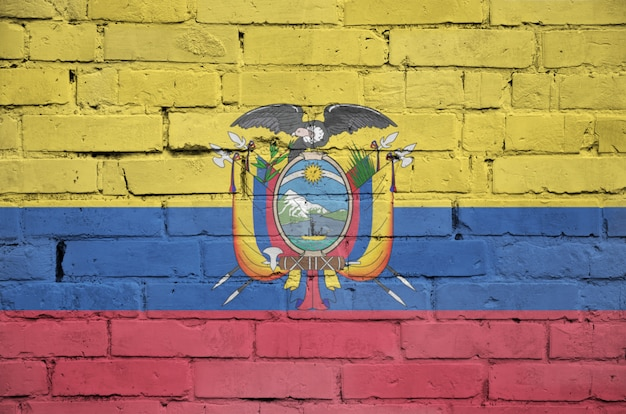 Bandeira do equador é pintada em uma parede de tijolos antigos