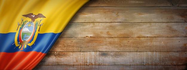 Bandeira do equador em parede de madeira vintage