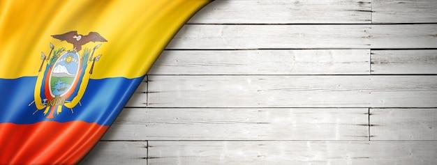 Bandeira do equador no velho piso de madeira branco