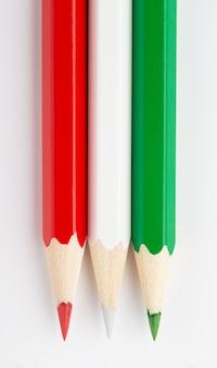 Bandeira do estado da costa do marfim feita de lápis de madeira coloridos