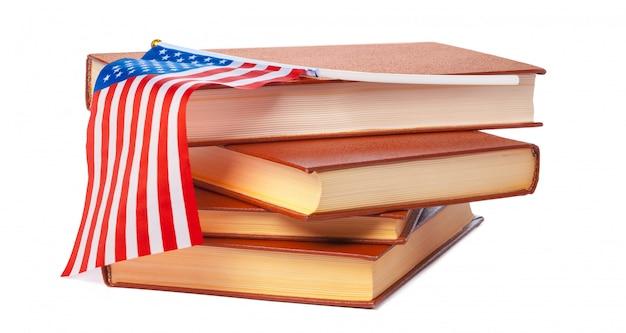 Bandeira do eua com pilha de livros isolado