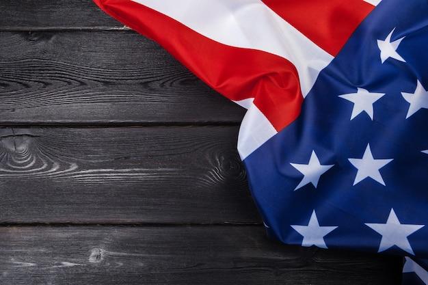 Bandeira do eua na mesa de madeira escura