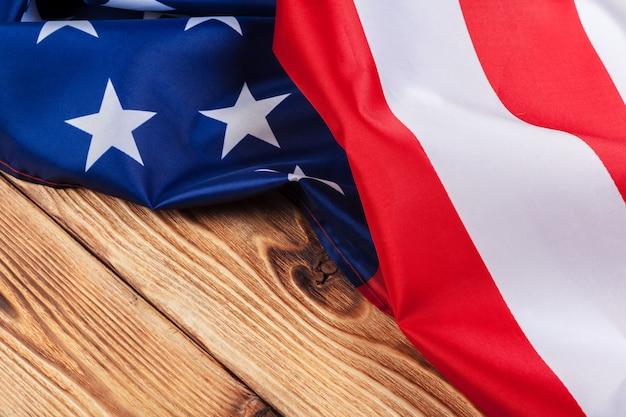 Bandeira do eua no fundo da mesa de madeira clara perto espaço para texto