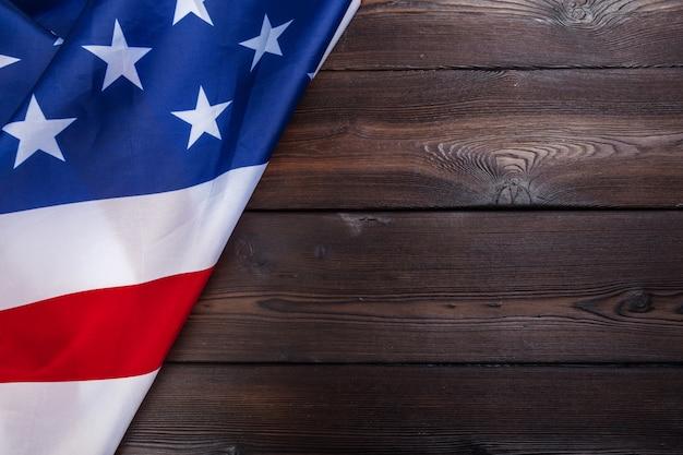 Bandeira do eua no fundo da mesa de madeira escura