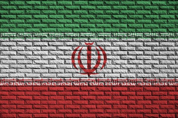 Bandeira do irã é pintada em uma parede de tijolos antigos