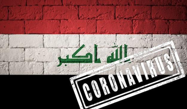 Bandeira do iraque com proporções originais. carimbado de coronavirus. textura da parede de tijolo. conceito de vírus corona. à beira de uma pandemia covid-19 ou 2019-ncov.