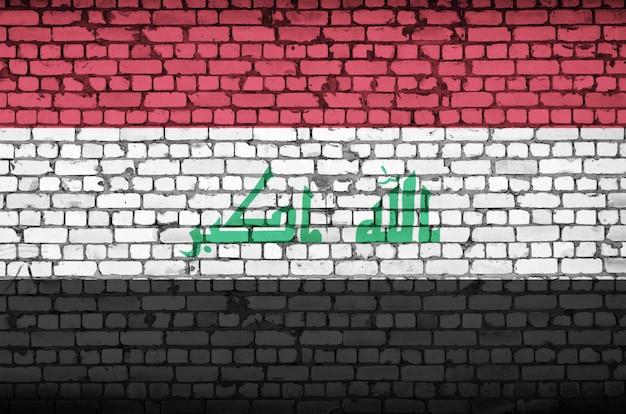 Bandeira do iraque é pintada em uma parede de tijolos antigos