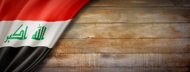 Bandeira do iraque em parede de madeira vintage