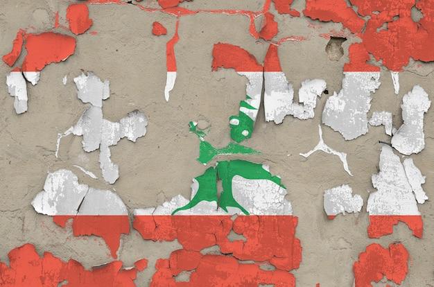 Bandeira do líbano retratada em cores de tinta no close up desarrumado obsoleto velho do muro de cimento.