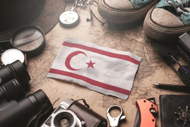 Bandeira do norte de chipre entre acessórios do viajante no antigo mapa vintage. conceito de destino turístico.