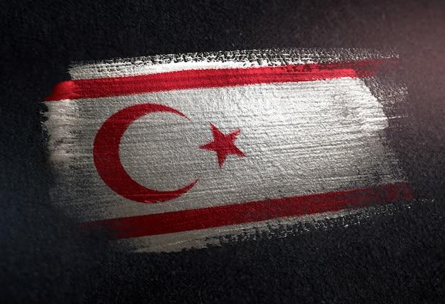 Bandeira do norte de chipre, feita de tinta de pincel metálico na parede escura de grunge